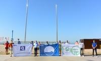 El alcalde Pere Granados iza las banderas que certifican la 'excelente' calidad de las playas de Salou