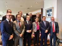Los alcaldes de la AMT se reúnen con la Ministra de Industria, Comercio y Turismo, Reyes Maroto, para plantearle sus objetivos, prioridades y reivindicaciones